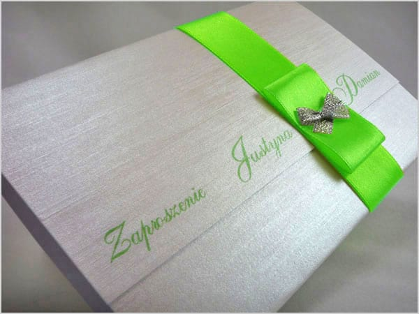Piękne zaproszenia ślubne z seledynową wstążką