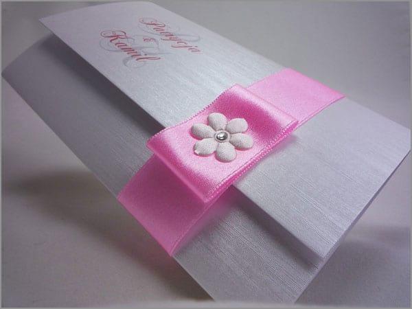Różowe zaproszenia na ślub z tasiemką