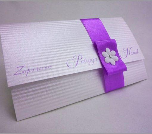 Fioletowe zaproszenia ślubne z wstążką