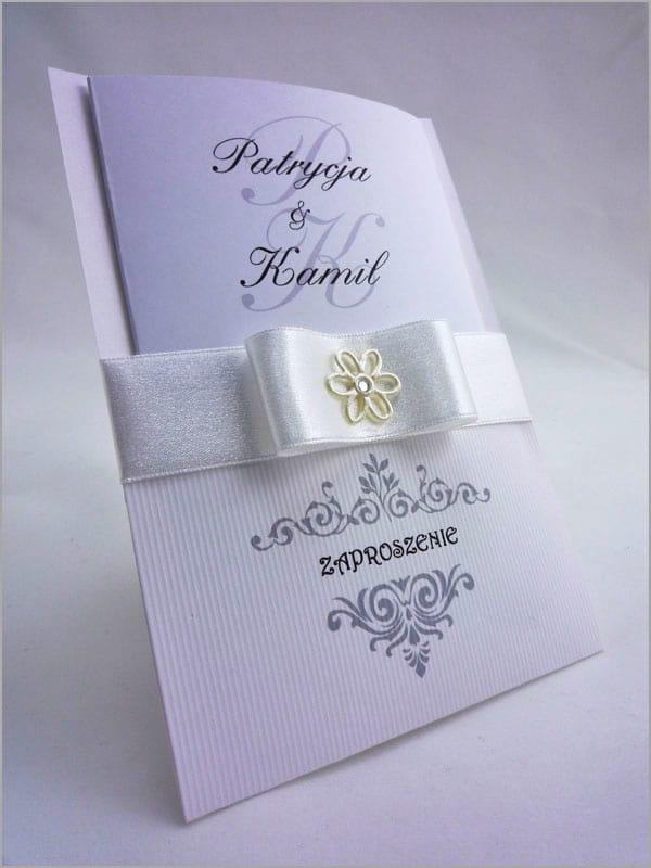 Eleganckie zaproszenia weselne z białą wstążką