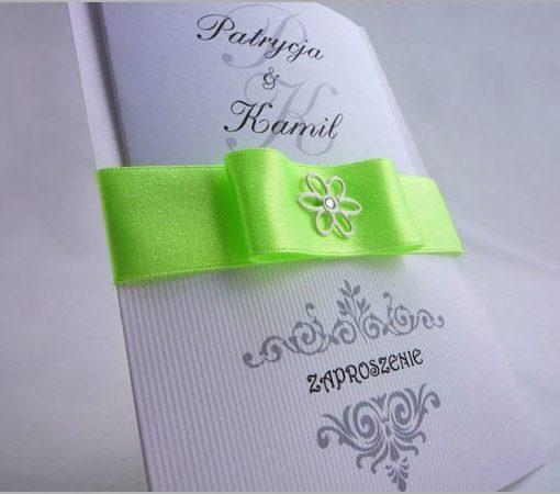 Zaproszenia na ślub z ozdobnego papieru z wstążką