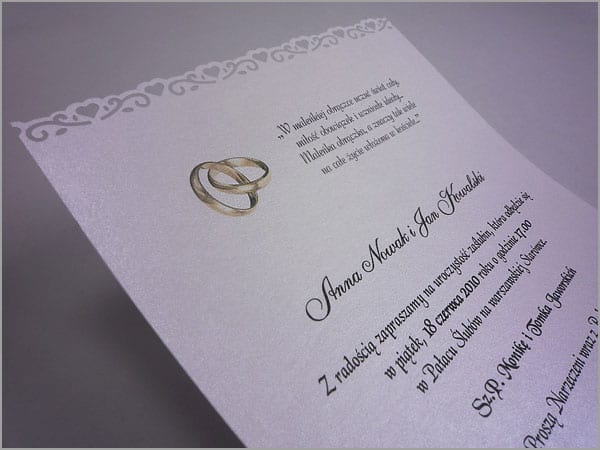 Zaproszenia ślubne z wyciętymi serduszkami