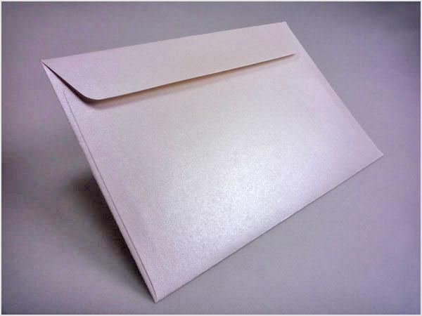 Białe koperty ozdobne do zaproszeń