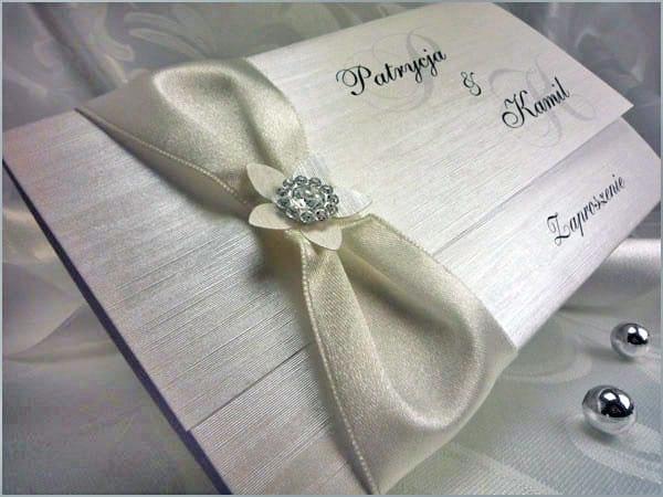 Zaproszenia ślubne z białą wstążką