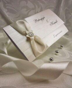 Zaproszenia ślubne wykonane z srebrnego papieru