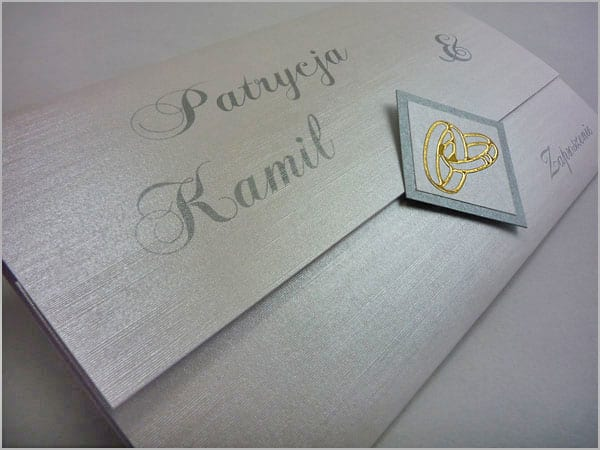 Srebrne zaproszenia na ślub z ozdobnego papieru